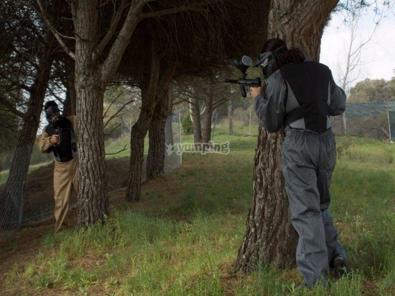 Disparando tras los arboles
