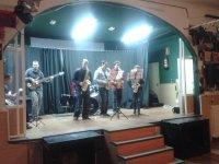 grupo de chicos tocando trompetas en un escenario