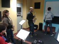 hombre y mujer tocando una trompeta en una clase