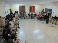 profesor y alumnos en una clase de instrumento de viento