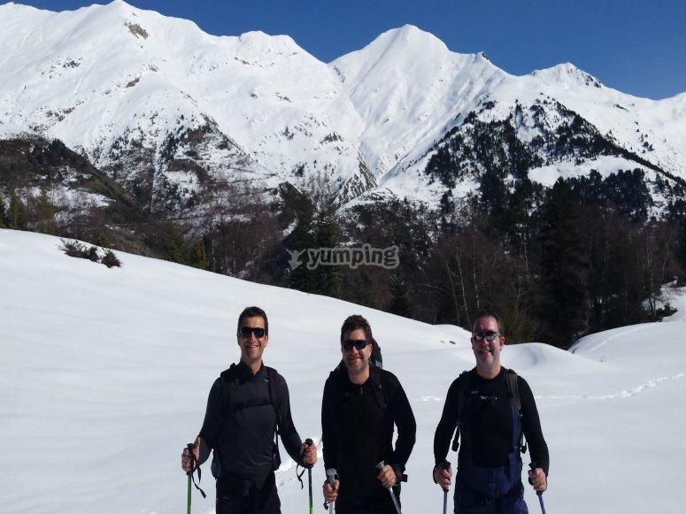 Paseo con raquetas de nieve en invierno