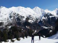 加泰罗尼亚比利牛斯山脉的雪鞋游览