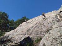 与山上朋友一起攀岩