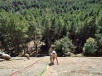 Arrampicata su roccia con gli amici