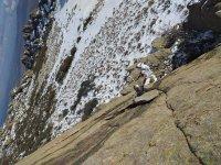 Saluta mentre si arrampica sulla montagna