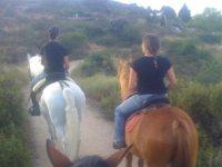 夫妻在乡下骑马