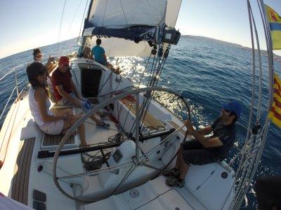 在赫罗纳海岸租一艘帆船