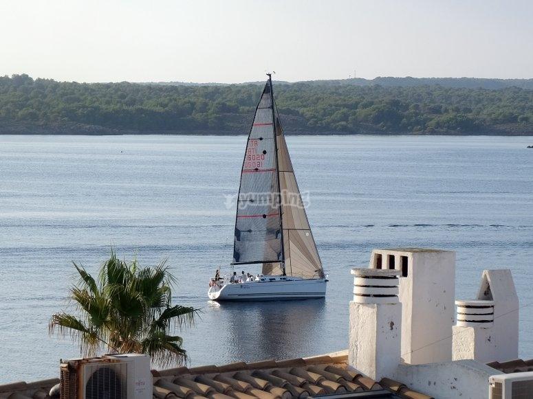 帆船航行于海上