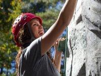 攀登学生在攀岩墙上