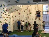 在攀岩墙上训练
