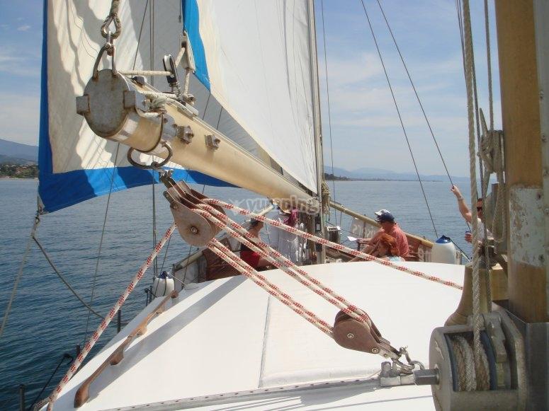 在埃斯特波纳帆船中航行
