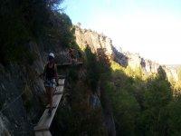 穿过ferrata的悬索桥