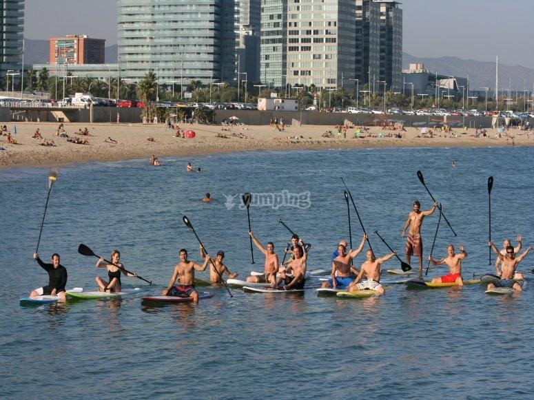 Divirtiendose haciendo stand up paddle