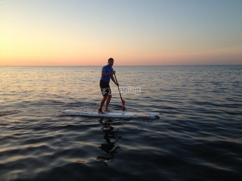 Remando sobre la tabla en el mar