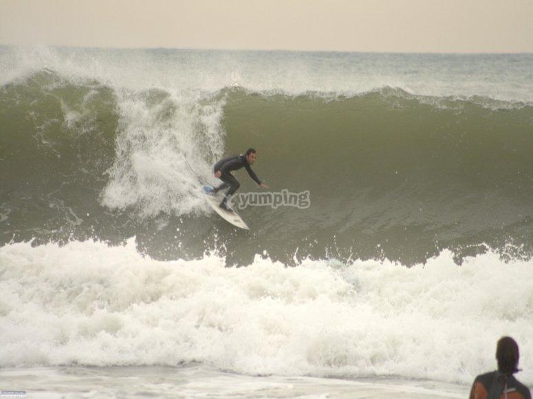Surfeando en olas de playas de Barcelona