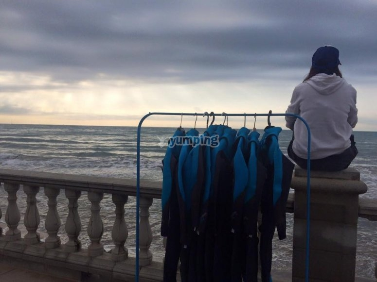 Observando las olas antes de salir a surfear