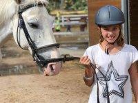 Alumna del campamento junto al caballo