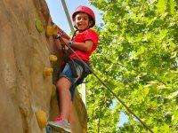 年轻人攀登攀岩墙