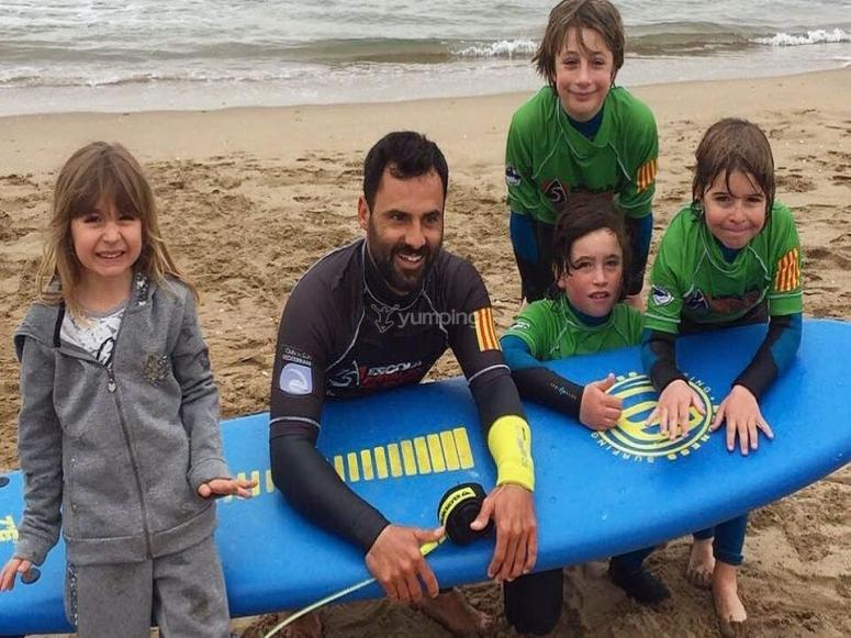Monitores titulados en surf y socorrismo