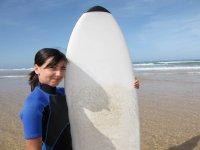 Alumna del campmento junto a la tabla de surf