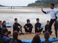 Atendiendo a las explicaciones de surf en la orilla