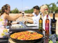 Deliciosa paella acompañada de nuestros vinos