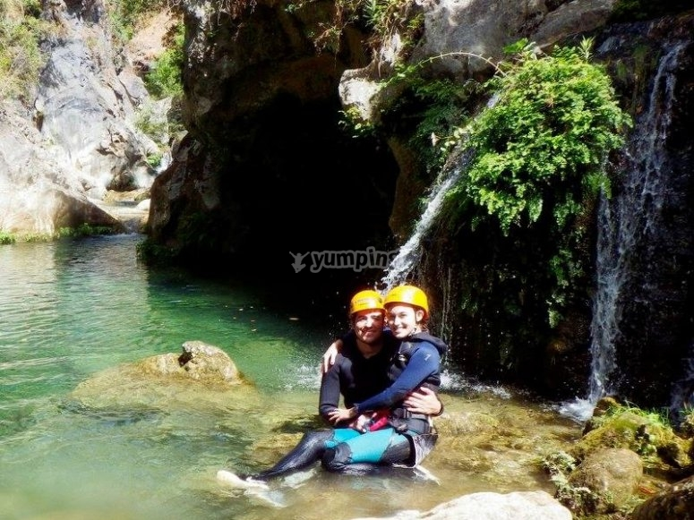Couple canyoning in Almanchares