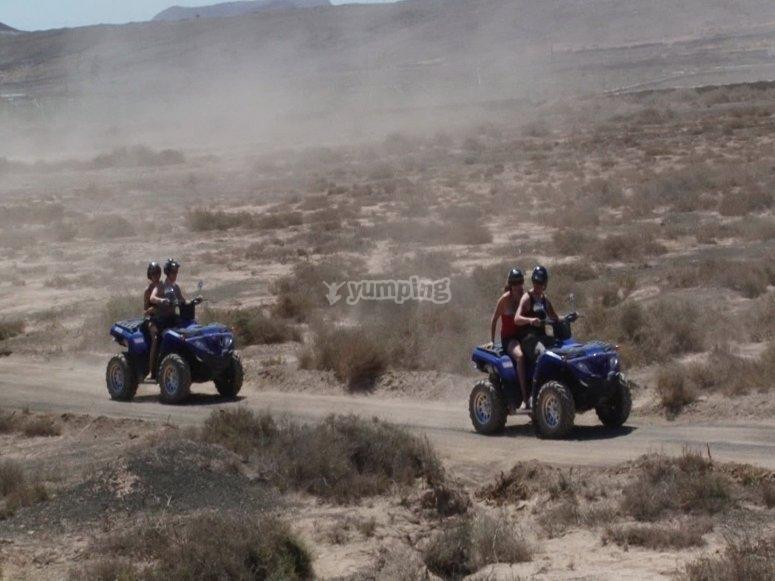 在穿越火山地形的四轮摩托车上跑步