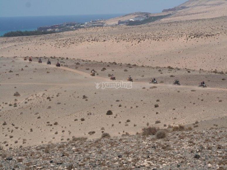 沿着海边的四合一路线运行的土地景观