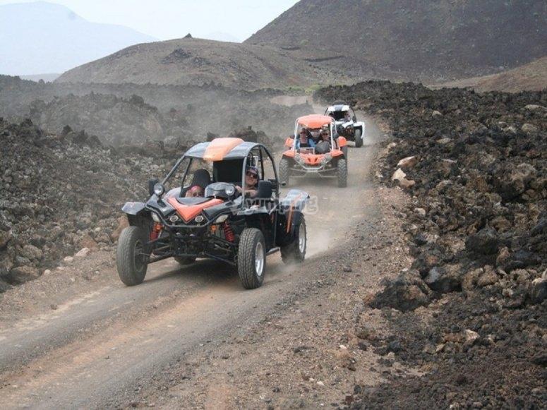 Conduciendo por caminos rocosos