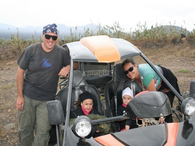 Padres e hijos en el buggy