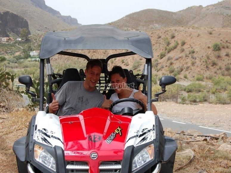 En pareja recorriendo paisajes canarios