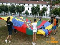 bambini che giocano con un grande paracadute
