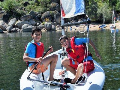 儿童航行和学习语言的营地
