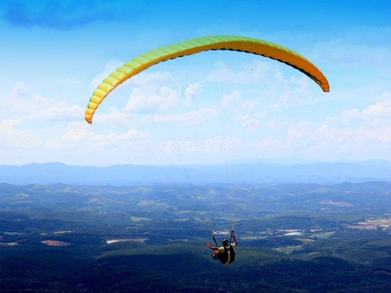 A spectacular paraglide flight
