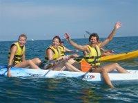 Chicas en un kayak