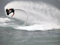hombre practicando flyboard en el mar
