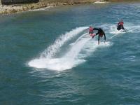 joven tirandose de cabeza al mar desde su plataforma de flyboard