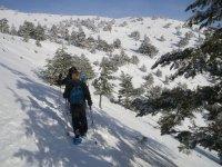 chicas andando por la nieve con raquetas de nieve