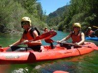 Chicas en canoa con casco