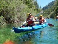 Compartiendo canoa azul
