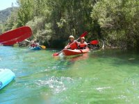En canoa junto a la ribera