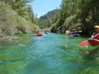 Recorriendo el rio en canoa