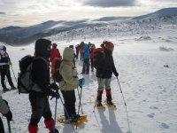 grupo de amigos abrigados caminando por la nieve