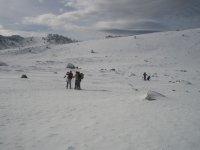 hombres haciendo fotos en la nieve