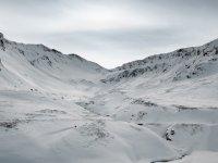 macizos llenos de nieve en un dia nublado.jpg