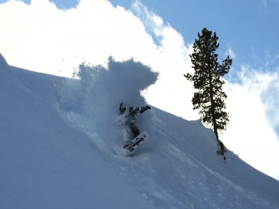 在内华达山脉租赁滑雪板设备