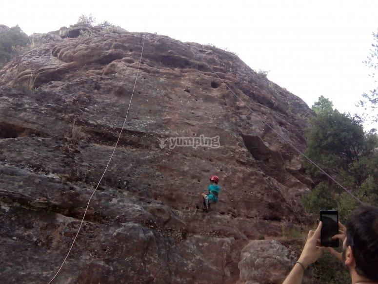 Agarrandose a la roca para subir