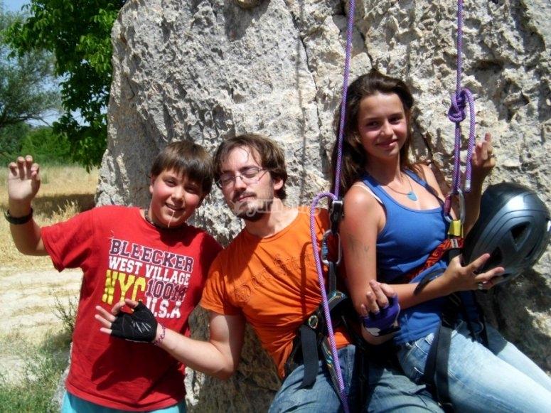 Con los amigos escalando en el campo