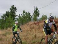 dos hombres en bici recorriendo paisajes naturales